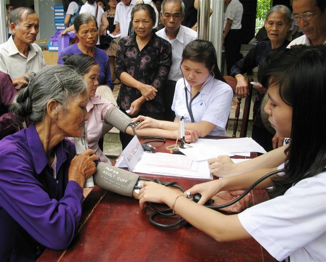 Hỗ trợ chăm sóc sức khỏe NCT tại cộng đồng giúp NCT tránh được bệnh tật, giảm chi phí khám chữa bệnh. Ảnh: PV