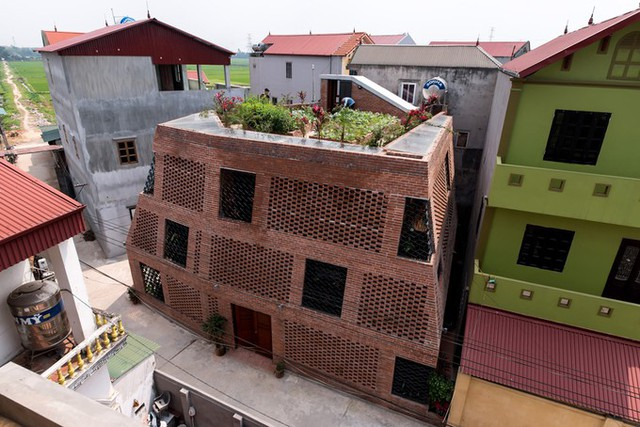 Khu vực ngoại thành Hà Nội đang trong quá trình đô thị hóa với nhiều ngôi nhà xây mới có vẻ ngoài tương tự nhau. Chủ khu đất 175 m2 ở huyện Đông Anh (Hà Nội) đã lựa chọn một thiết kế lạ mắt nhưng vẫn gần gũi với môi trường tự nhiên. Đó là một ngôi nhà xây hoàn toàn bằng gạch mộc có cấu trúc giống cái hang.