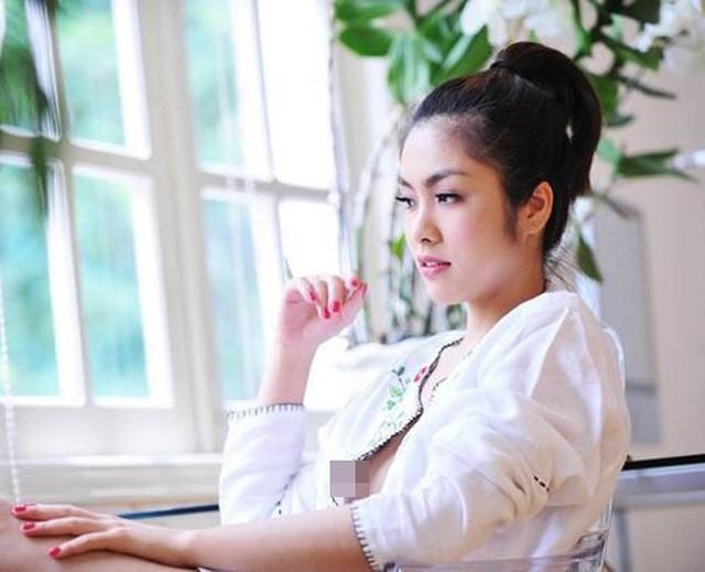 Hà Hồ lộ hàng thì Hà Tăng cũng bị cư dân mạng gọi hồn. Ngọc nữ màn ảnh Tăng Thanh Hà cũng từng để lộ vòng 1 khi thực hiện bộ ảnh lãng mạn mà chiếc áo lại có thiết kế quá rộng. Trước sự cố này, người đẹp đã bật khóc.
