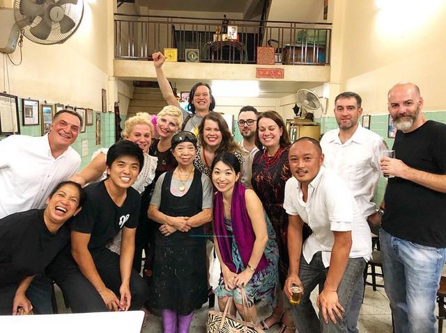 Không chỉ đến để thưởng thức đồ ăn, nhiều du khách còn muốn chụp ảnh với chủ quán - @cheftonn