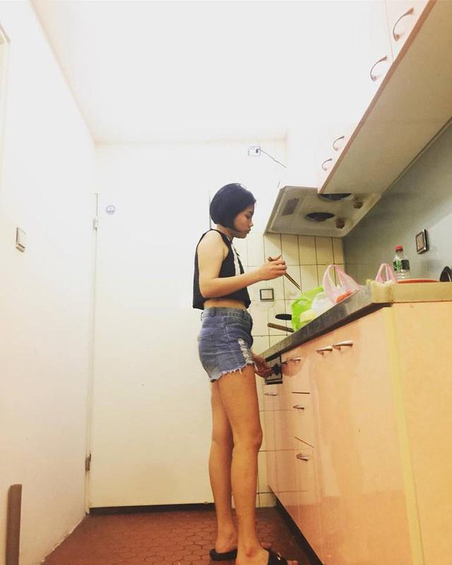1 ngày Lạc phải đi làm mất 15-17 tiếng, nhưng về nhà cô vẫn thích nấu nướng, dọn dẹp.