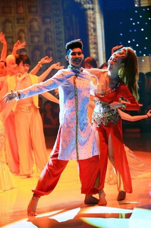 Vì nhảy quá sung trên sân khấu mà Ngân Khánh không may gặp phải sự cố lộ vòng 1 ngay trên sóng truyền hình.