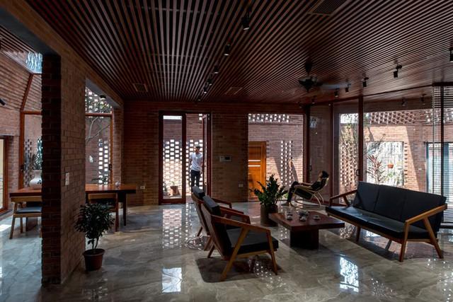 Các kiến trúc sư lựa chọn gạch nung bởi đây là vật liệu địa phương quen thuộc và được sử dụng rộng rãi ở nông thôn Việt Nam.