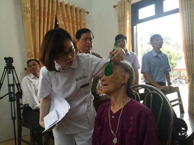 Một cụ bà ở xã Văn Hải được đo thị lực trong buổi khám miễn phí.