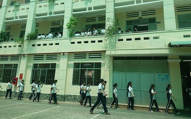 Nhiều học sinh bất ngờ khi em C. nhảy lầu tự tử.