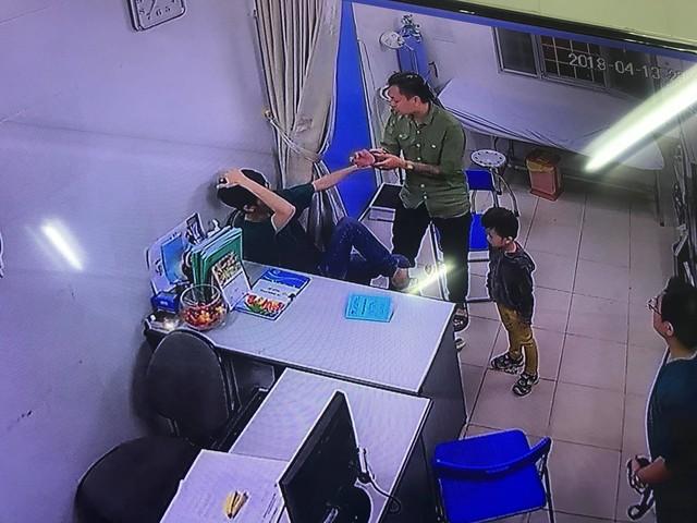 Bác sĩ trẻ V.H.C (Bệnh viện Đa khoa Xanh Pôn) bị người nhà bệnh nhi tấn công đêm 13/4. Ảnh cắt từ Clip trích xuất camera Bệnh viện