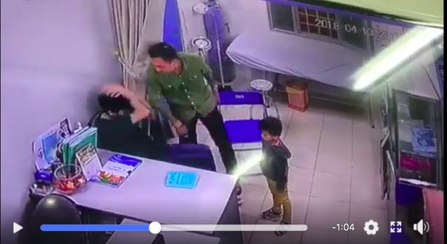 Hình ảnh trích xuất camera tại viện cho thấy người bố bệnh nhi đã tấn công bác sĩ bằng 2 cú đấm thẳng vào mặt BS.