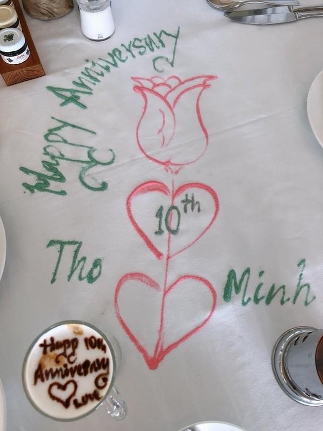 Nhân viên nhà hàng đã chuẩn bị mọi thứ để tạo bất ngờ cho vợ chồng Bình Minh - Ảnh: FBNV