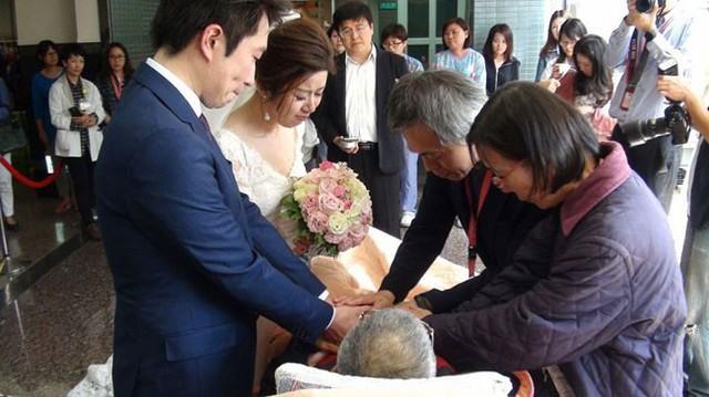 Hou chúc phúc cho con gái trước sự chứng kiến của hai bên gia đình và đội ngũ y bác sĩ.