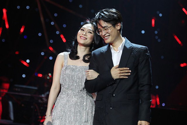 Cả hai hoà giọng trong ca khúc Tình em ngọn nến, khép lại màn kết hợp đặc biệt của liveshow.