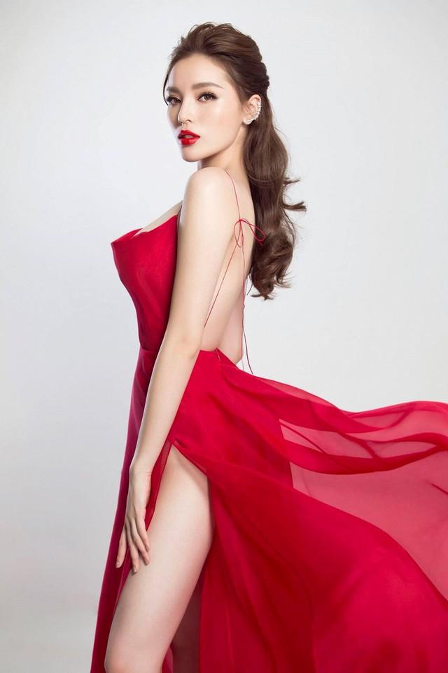 Hoa hậu Kỳ Duyên đã không còn là cô nữ sinh Nam Định chập chững vào showbiz sau đăng quang. Cô thường xuyên diện những bộ trang phục hàng hiệu, make up sành điệu. Như một lẽ tất yếu, cô cũng táo bạo hơn trong việc lựa chọn trang phục. Kể từ khi công khai phẫu thuật nâng vòng một, Kỳ Duyên luôn xuất hiện trong những mẫu váy thiết kế xẻ sâu.