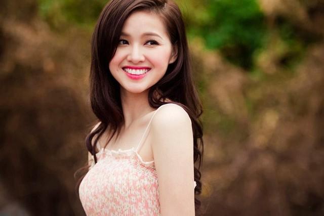 Tâm Tít (Phạm Thanh Tâm, 29 tuổi) nổi tiếng bởi gương mặt xinh xắn và khá đa tài. Cô từng thành công ở nhiều lĩnh vực, từ ca sĩ, diễn viên tới người mẫu ảnh. Cuộc sống hot girl 8X sau khi kết hôn luôn là chủ đề hot trong giới trẻ.