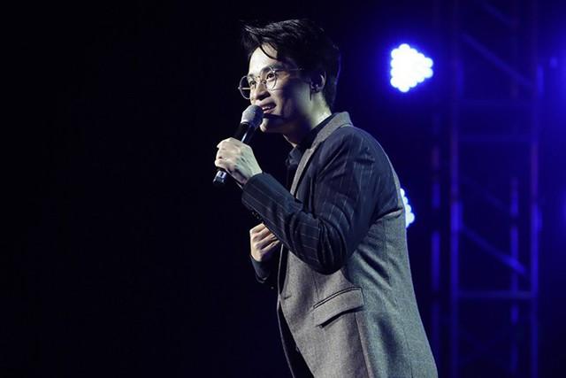 Một trong những tiết mục khiến người hâm mộ thích thú là khi Hà Anh Tuấn kể về mối tình đầu trong mộng mà anh dành cho Song Hye Kyo - nữ diễn viên nổi tiếng của Hàn Quốc. Anh liên tiếp hát những bài hit đình đám trong 3 phim Trái tim mùa thu, Ngôi nhà hạnh phúc, Hậu duệ mặt trời - là các phim Song Hye Kyo đóng nữ chính.