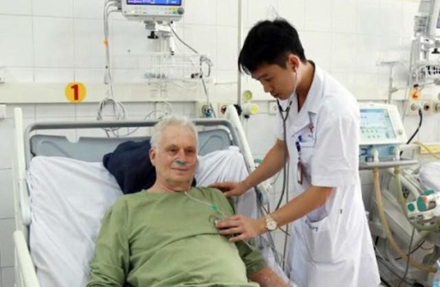 Du khách người Hà Lan được các bác sĩ tỉnh Quảng Ninh cứu sống. Ảnh: T.Hương