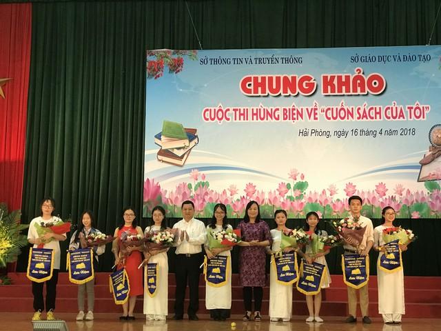Ông Lương Hải Âu- Giám đốc Sở Thông tin & Truyền thông Hải Phòng và lãnh đạo Sở GD&ĐT trao giải cho các đội