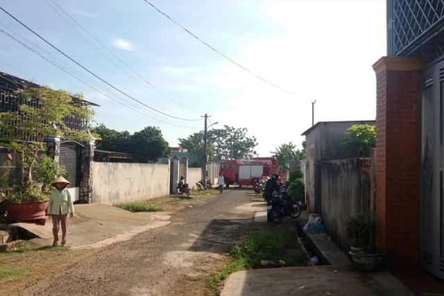 Giải cứu 3 mẹ con mắc kẹt trong ngôi nhà cháy