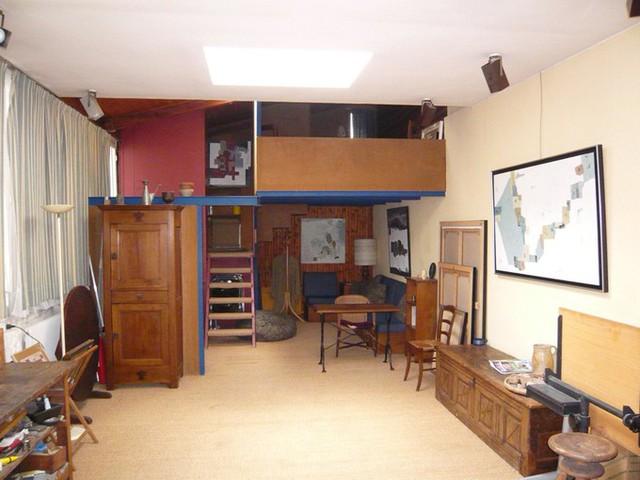 Một garage để xe ở Paris (Pháp) được sửa thành nơi ở và chỗ làm việc của họa sĩ Pierre Lemaire. Sau đó, ông đã để lại ngôi nhà cho cháu gái của mình.