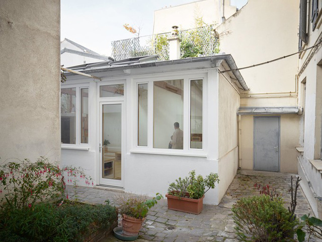 Năm 2017, gia chủ mới đã quyết định sơn sửa lại toàn bộ ngôi nhà rộng 45 m2 với phong cách tối giản.