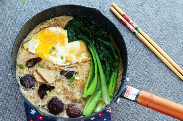 Món mì trứng nấm này thật hấp dẫn khi kết hợp với trứng ốp sóng sánh, rau cải thanh mát. Đây sẽ là lựa chọn hoàn hảo cho bữa sáng nhanh gọn của gia đình bạn.