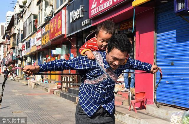 Hình ảnh bé Thừa Ân và anh Tịnh Vĩnh đi trên phố
