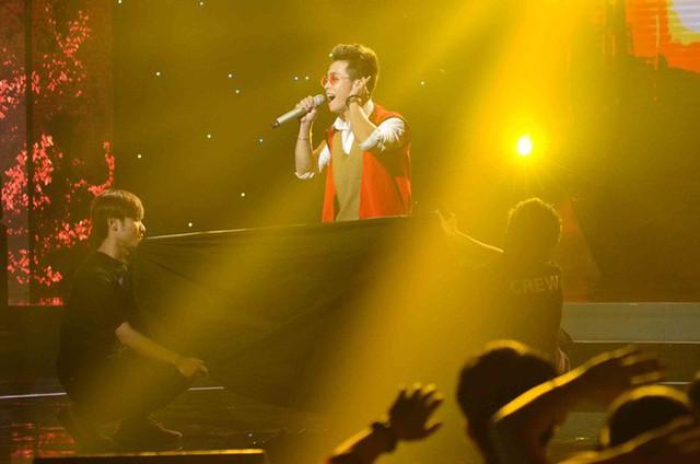 Thí sinh Khánh Long trong phần thi vừa hát vừa thay trang phục.