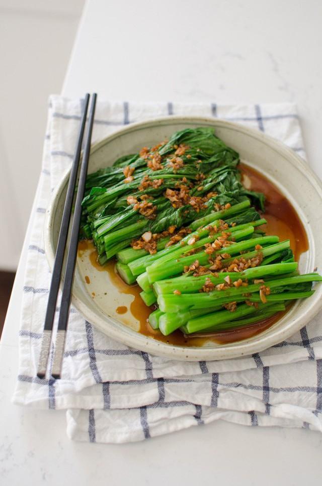 Món rau cải luộc này cực hợp để ăn kèm với thịt xá xíu . Bạn có thể tham khảo cách làm thịt xá xíu tại đây nhé!