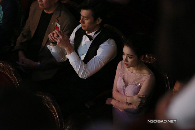 Tại lễ trao giải, Nhã Phương được xếp ngồi cạnh Nhan Phúc Vinh. Cả hai bị đồn có mối quan hệ vượt trên mức tình bạn vào thời điểm Trường Giang ngỏ lời cầu hôn diễn viên 9X.