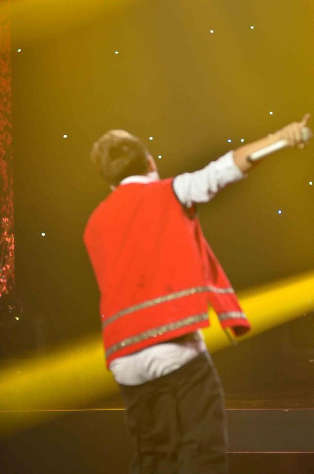 Cảnh Khánh Long bị tuột quần ngay trên sân khấu.