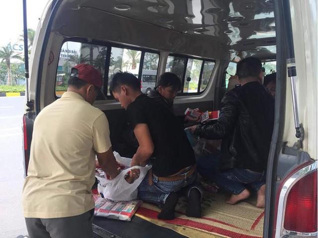 Gia đình ông Phương có khoảng 30 người đến đón em Hòa.