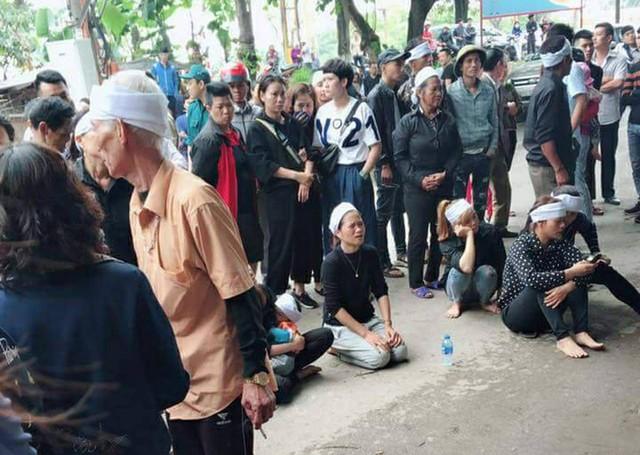Người thân cháu H.A kéo tới trước ngôi nhà gia đình nghi phạm Nguyễn Khánh Hưng khóc lóc thảm thiết.