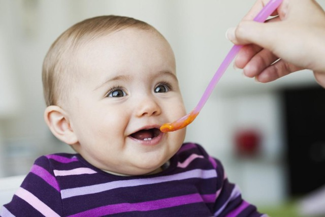 Các chuyên gia khuyến cáo, khi trẻ ăn dặm, không cần thiết cho gia vị vào thức ăn của trẻ. Ảnh minh họa