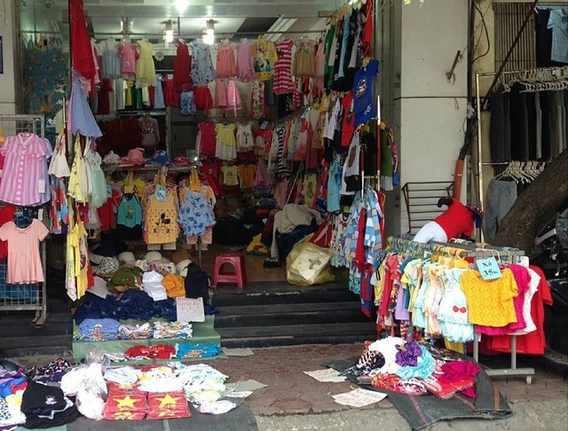 Nhiều cửa hàng ở Ninh Hiệp treo biển xả hàng, hạ giá rẻ hơn rất nhiều so với chợ trong nội thành