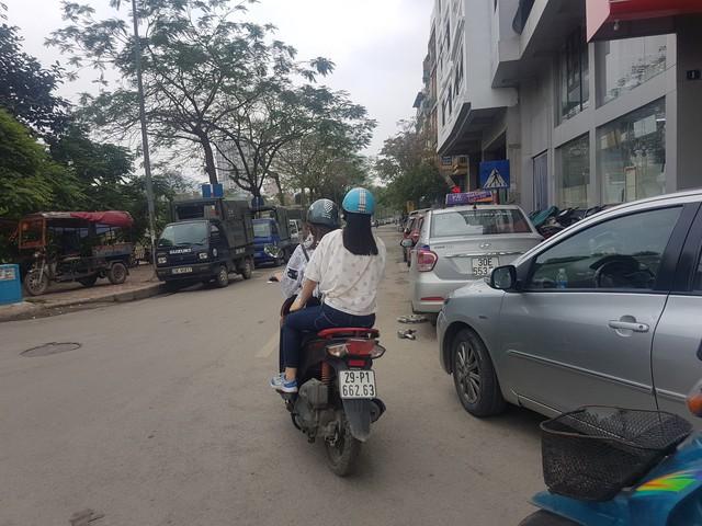 Bãi đỗ trên đường Nguyễn Đình Hoàn (Nghĩa Đô) với 2 hàng xe.