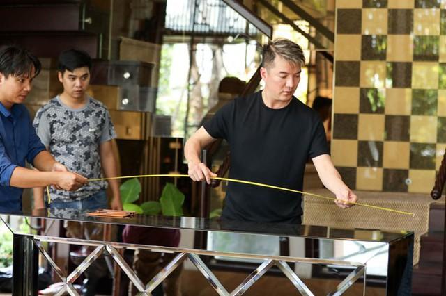 Vừa lưu diễn từ Nhật về, Đàm Vĩnh Hưng bắt tay vào trang hoàng nhà cửa, chuẩn bị cho một sự kiện quan trọng.