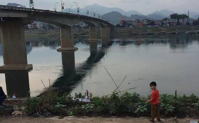 Đang đi trên cầu, nam thanh niên bất ngờ nhảy xuống sông Đà tự tử
