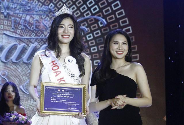 Tân Hoa khôi Nguyễn Hoài Phương Anh rạng rỡ bên cựu Hoa khôi Báo chí 2016 Vũ Phương Anh