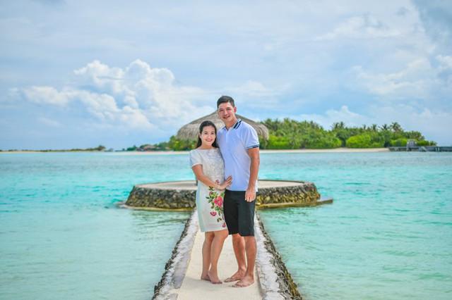 Hôm 15/4 vừa qua, vợ chồng Bình Minh - Anh Thơ đã đánh dấu chặng đường 10 năm hôn nhân bằng chuyến nghỉ dưỡng tại một resort sang trọng ở Maldives, nơi được mệnh danh là thiên đường dưới hạ giới. Cặp đôi nhờ người thân chăm sóc hai con gái để cùng nhau đi trốn nhằm hâm nóng tình yêu.