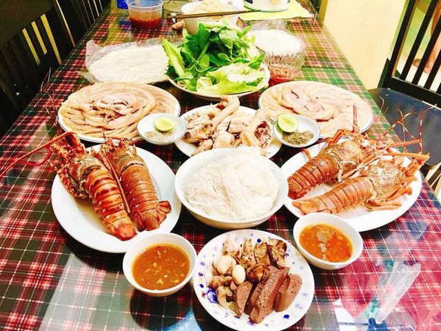 Chị Như Kiều cho biết, bữa ăn dành cho 4 người ăn này mình làm chưa đến 60 phút là xong tất cả. Vì sinh nhật bố chồng nên chị làm các món ăn theo khẩu vị của bố, tất cả đều là món luộc.