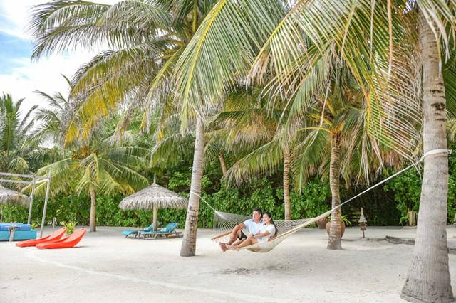 Anh Thơ, bà xã cựu người mẫu cho biết, sở dĩ vợ chồng cô chọn đến Maldives bởi đây là điểm đến lý tưởng dành cho các cặp đôi. Khung cảnh đẹp nên thơ và sự yên bình của Maldives giúp cả hai gạt bỏ mọi nỗi muộn phiền trong cuộc sống hàng ngày để tận hưởng khoảng không gian riêng tư ở bên nhau.