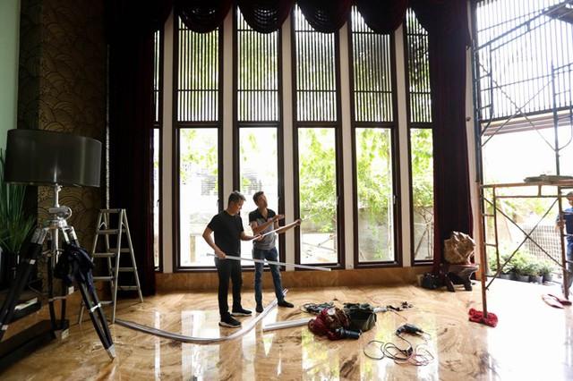 Phòng khách căn biệt thự triệu đô của ông hoàng nhạc Việt trông như một công trường xây dựng.