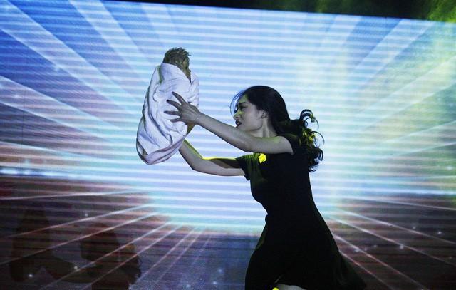 Phần thi tài năng của thí sinh Nguyễn Thuỳ Dương gây nhiều xúc động khi lấy ý tưởng từ nhân vật trong vụ cháy chung cư Carina Plaza.