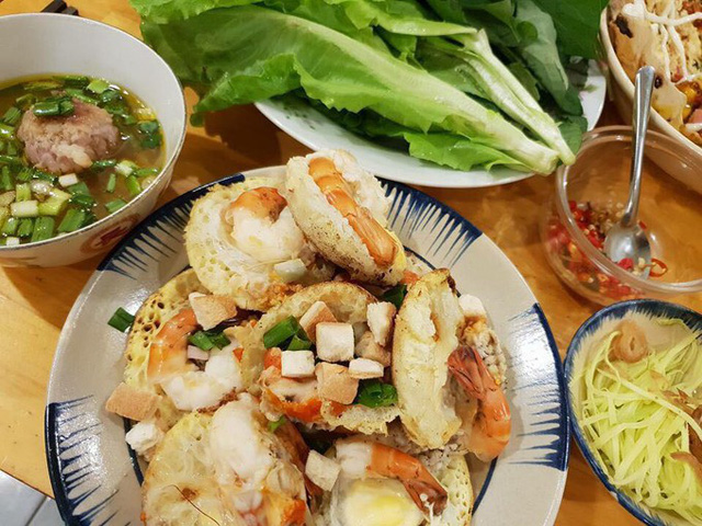 Bánh căn là đặc sản nói chung của vùng Nam Trung Bộ như các tỉnh Khánh Hòa, Ninh Thuận, Bình Thuận và cả thành phố Đà Lạt. Món ăn này gần giống với món bánh khọt ở miền Nam nhưng cách làm lại không giống, bởi bánh khọt sử dụng dầu mỡ nhưng bánh căn thì lại được nướng trong khuôn.