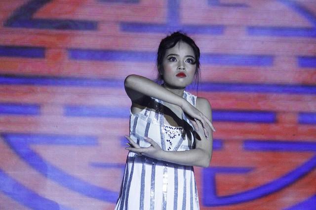 Miss tài năng Nguyễn Thị Cẩm Nhung đầy ma mị trong phần thi tài năng múa Hóa vàng