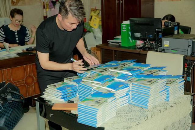 Ca sĩ tranh thủ ký tặng lên album mới để dành cho những vị khách đầu tiên trong ngày ra mắt.