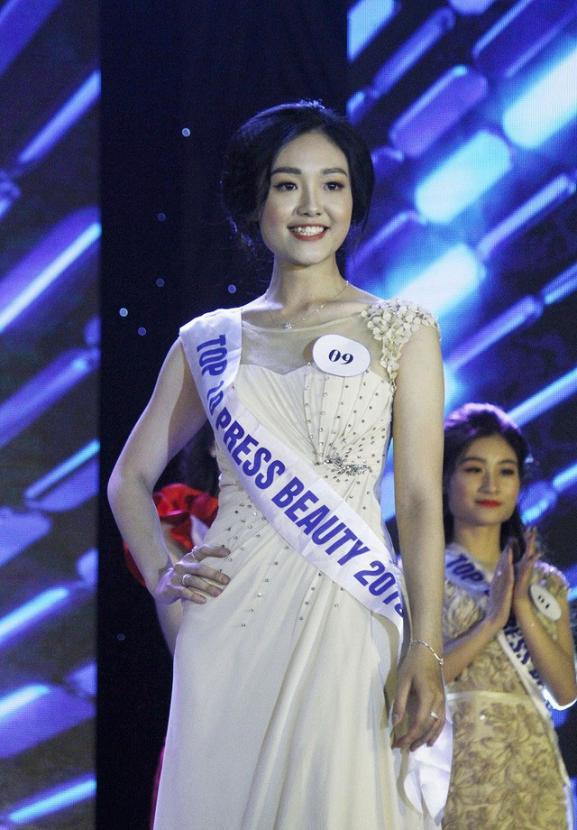 Á khôi 2 Nguyễn Hồng Ngọc rạng rỡ trong trang phục dạ hội