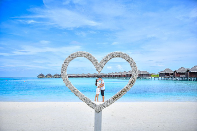 Để đánh dấu cho dịp kỷ niệm 10 năm ngày cưới, vợ chồng Bình Minh đã thực hiện bộ ảnh ngọt ngào tại Maldives. Cả hai mặc trang phục ton sur ton, cùng nắm tay đi dạo và trao nhau nụ hôn say đắm giữa thiên nhiên tươi đẹp.