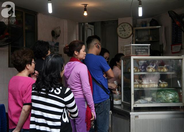 Hà Nội: Hàng trăm người xếp hàng từ 5h sáng mua bánh trôi - bánh chay Tết Hàn thực