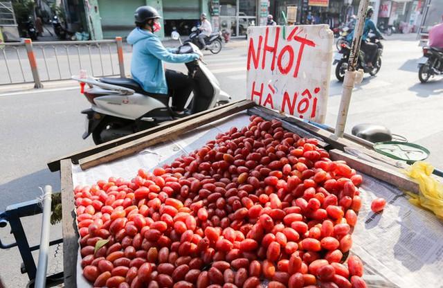 Trái nhót được bán vào khoảng tháng 3, chủ yếu bán nhiều trên đường Phan Văn Trị, Lê Đức Thọ, Cộng Hòa...