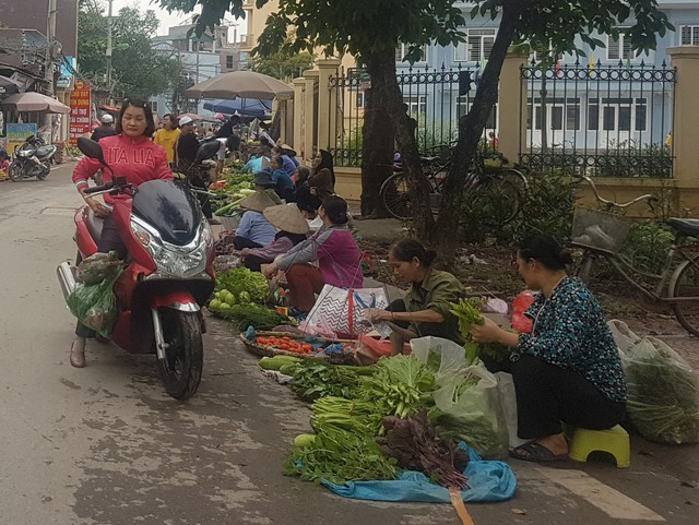 Một góc khu chợ tự phát tại phường Phú Diễn.