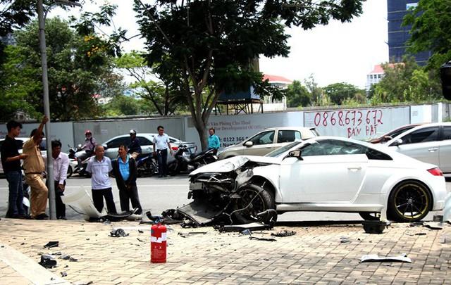 Xế hộp Audi nát đầu sau tai nạn ở khu Phú Mỹ Hưng